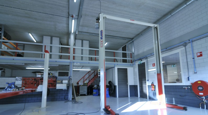 De werkplaats voor reparatie van auto's, gereed