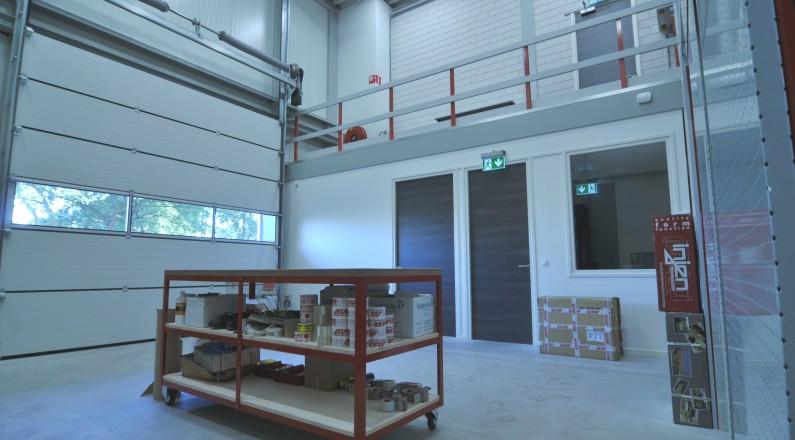 Het voorste gedeelte van het magazijn, gereed volledig met roldeur