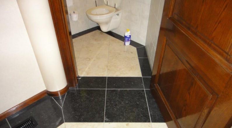 natuurstenen-vloer-doorgetrokken-in-toilet